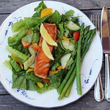 Stekt lax med kokt sparris och sallad - Recept - Tasteline.com