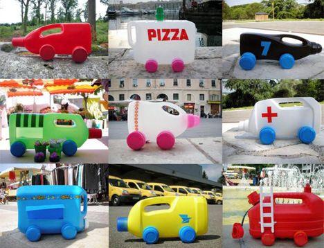 Pequeños juguetes hechos con material reciclado