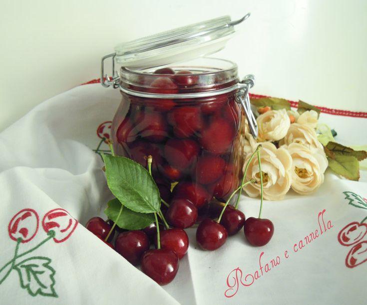 Siamo nella bella stagione ed è tempo di conserve...anche di frutta.Oggi ho preparato delle ottime ciliegie sciroppate da gustare nelle stagioni più fredde.