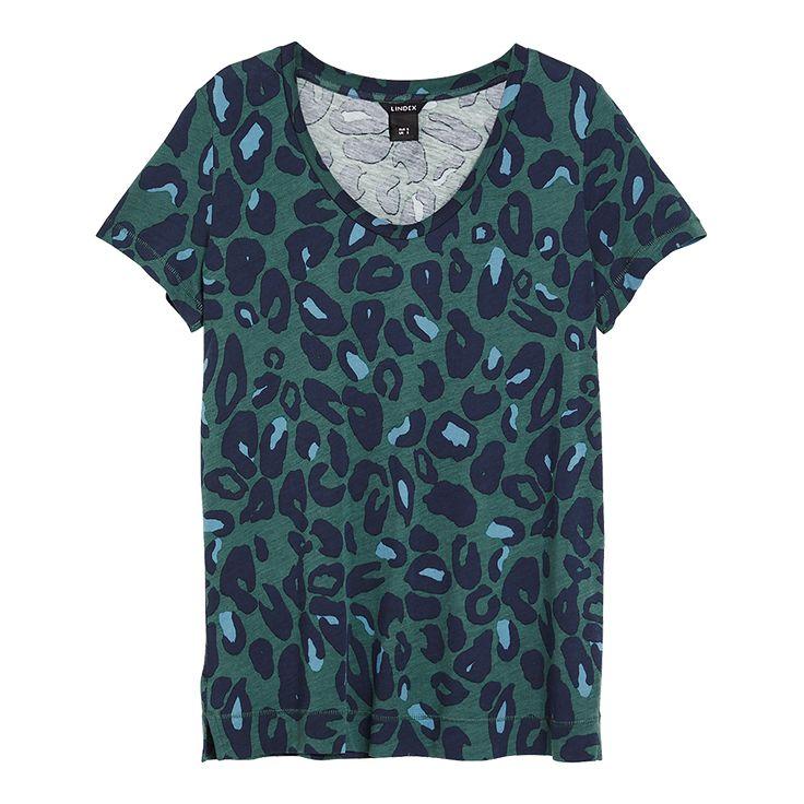 Med nya, fräscha färgkombinationer får den leopardmönstrade t-shirten ett nytt uttryck.