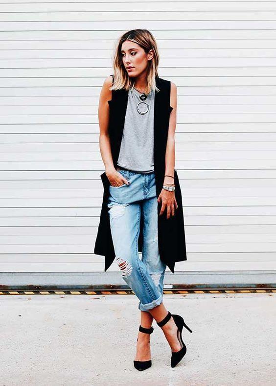 Maxi colete preto, blusa cinza, calça jeans com rasco no joelho, barra dobrada, scarpin preto com tira