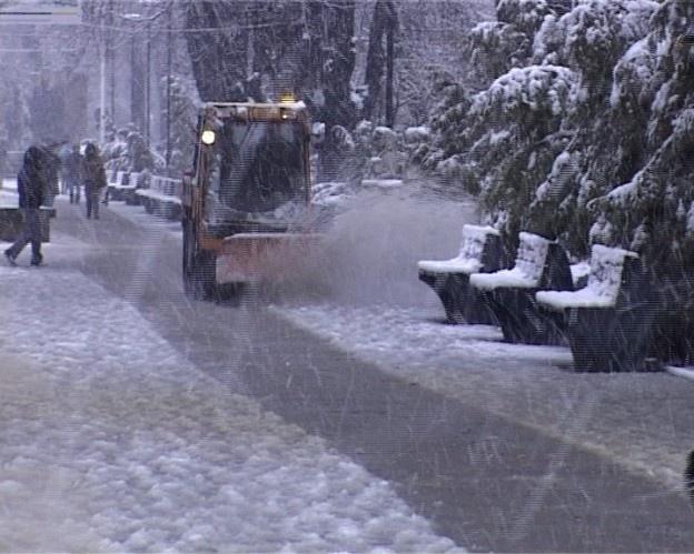 Două camione au blocat circulaţia la Baisa, iar un copac a cedat sub greutatea zăpezii.  Două camioane care nu aveau cauciucuri de iarnă au blocat circulaţia, astăzi, pe drumul dinspre Suceava spre Dorohoi, în zona Baisa.    Cei de la Secţia de Drumuri Naţionale au intervenit, însă, şi au reuşit să fluidizeze traficul.  În plus, un copac a cedat sub greutatea zăpezii şi a căzut pe carosabil.  Drumarii acţionează cu 12 utilaje.  Daca ti-a placut articolul, urmareste Jurnalonline.info pe…