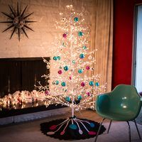This easy no-sew Christmas tree skirt will add a finishing touch to your perfectly trimmed Christmas tree. Inspired by a retro midcentury modern decor, it is a funky and non-traditional must.