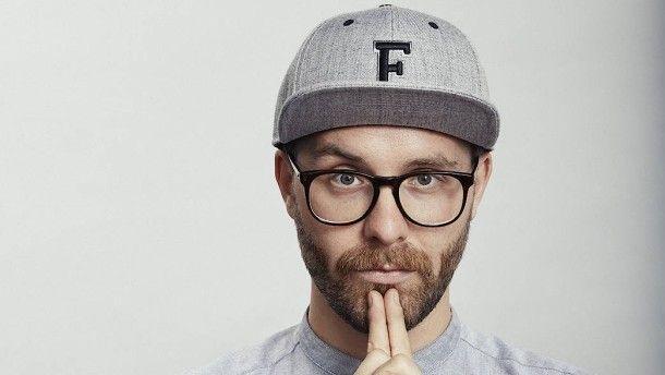 Wer verstehen will, warum Mark Forster so erfolgreich ist, sollte seine Kleidung kennen. Sie passt perfekt zu seinem Kopf – und zu seinen Songs.