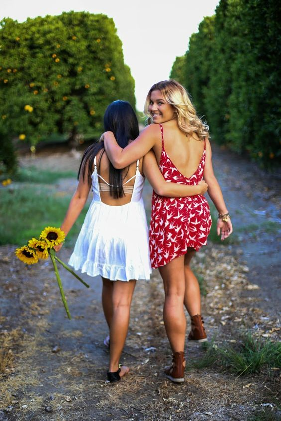 Too in love with best friend photoshoots... just add some sunflowers and gives it so much happiness // Abbie Mae Photography // Send an email to abbiemaephotography@gmail.com for any inquires!