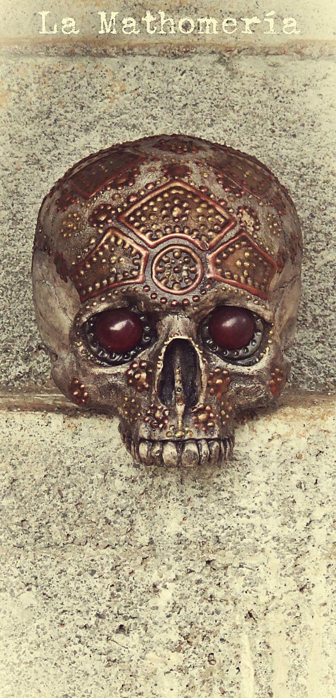 Réplica de un cráneo humano ornamentado a la manera de los dracónidas. De la Mathomería.
