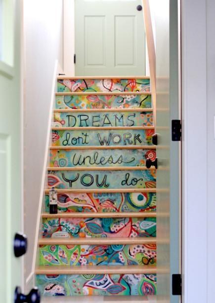 楼梯也要别具一格。而且超级有感觉。  Graffiti on the steps-I love this