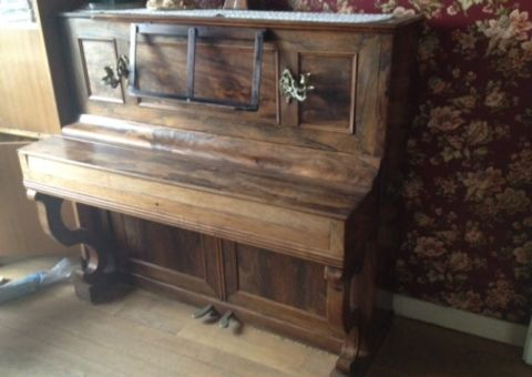 Donne Piano droit - pour décoration