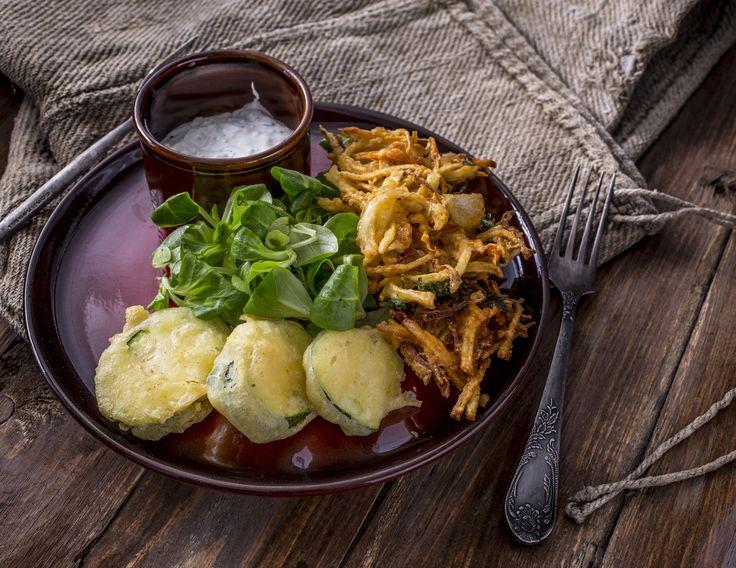 Tempurában sült zöldségek - fokhagymás tejföllel, madársalátával | A tempura egy elég nehéz japán étel, hiszen ebben az esetben a zöldségeket palacsintaszerű tésztába mártogatjuk, majd bő olajban kisütjük. A bő olajban sütött ételt Japánban szójaszósszal, bambuszrüggyel, retekkel, tormával és gyömbérrel fogyasztják, mi ezt fokhagymás tejföllel pótoljuk, ezzel elegyítve a japán és magyar konyha ízvilágát. Egészségünkre!