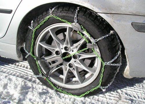 ¿Llevas cadenas para la nieve en el coche? Aunque en España no es obligatorio llevar cadenas en el coche, en otros países europeos sí que lo es.