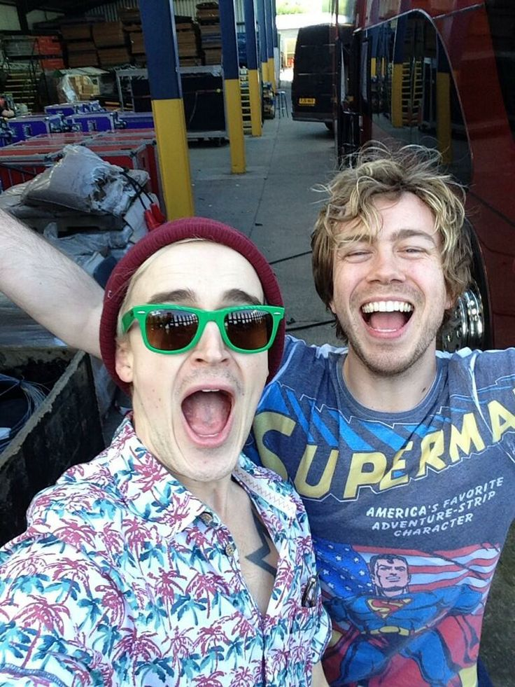 """Robbyn Griffiths ☼ @Robbyn_TW · """"Still can't get over the fact that @Tom McFly and @James Bourne took selfies on my phone such a good night!"""""""