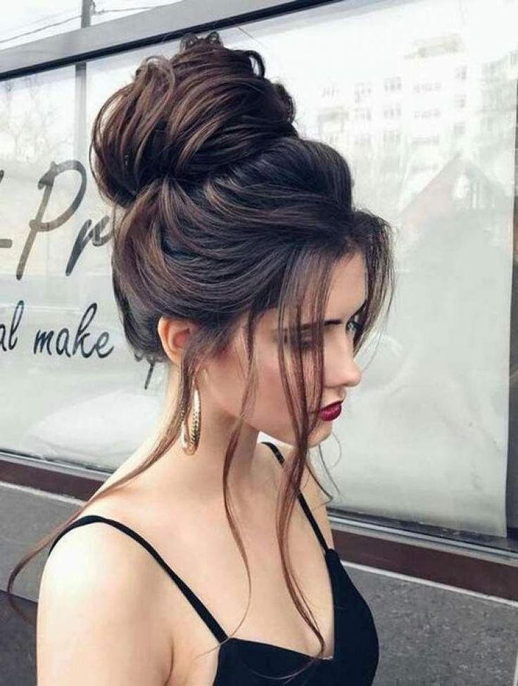 Coque alto com visual solto é um dos penteados para cabelos 2018