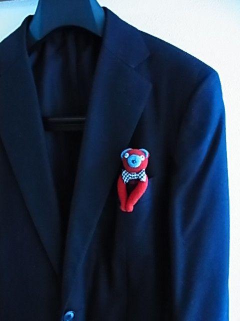 ポケットくまです。 千鳥格子のネクタイが可愛いです。 耳と鼻はダンガリー素材で、上質な赤のウールを使っています。 赤のウールはビンテージ素材で、黄色のモヘヤが...|ハンドメイド、手作り、手仕事品の通販・販売・購入ならCreema。