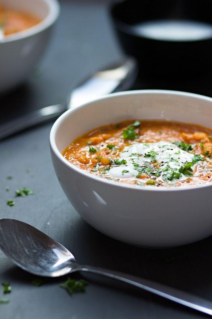 Dahlsoep is een kruidige soep op basis van linzen. Deze maak je heel gemakkelijk in één pan, heerlijk met aardappel en wortel.