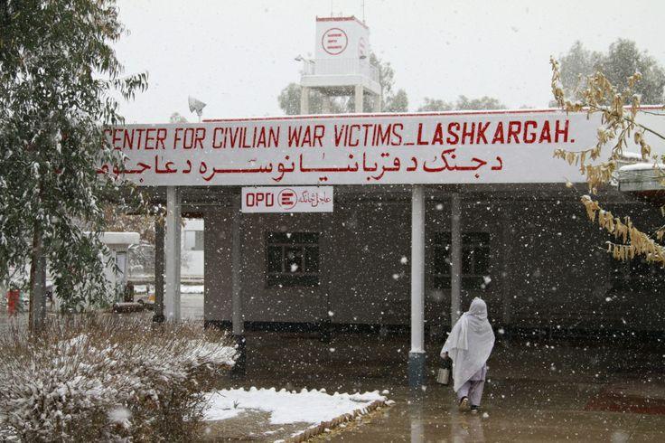"""A Lashkar-gah sta nevicando! È un evento del tutto nuovo per molti del nostro staff nazionale e per i pazienti. Alcuni sono usciti sotto la neve, increduli, altri sono attaccati alla finestra a guardare questi fiocchi bianchi. Sembra che l'ultima nevicata risalga a quasi 40 anni fa. """"C'erano i russi"""", ci hanno detto i più anziani. Forse questo maltempo rallenterà un po' i combattimenti, ce lo auguriamo: lo scorso mese abbiamo avuto il maggior numero di ricoveri mai registrato a gennaio."""