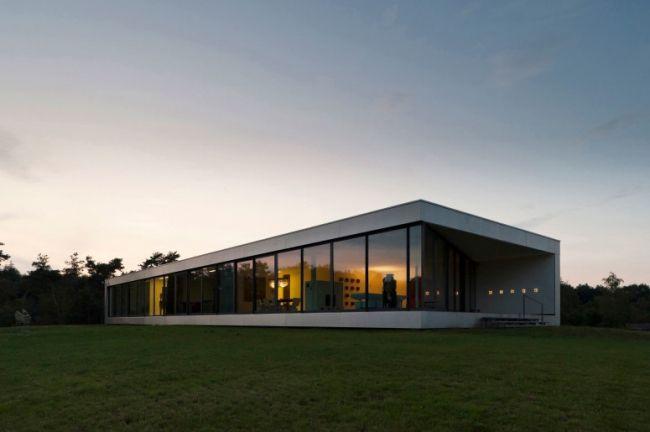 Elégante maison contemporaine passive, économe en énergie, conçue par 123DV.La durabilité a inspiré la conception de la maison, elle est auto-suffisante.