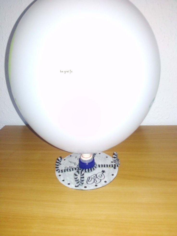 Aus einer CD, einem Oberteil einer Spülmittelflasche, Papier und einem Luftballon basteln wir ein Luftkissen-Ufo. Auf die CD eine selbstklebendeCD-Etikette oder Papierkleben, damit man sie später…