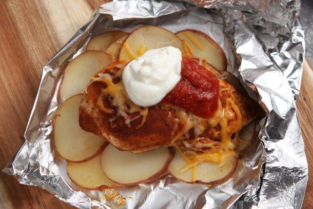 Composé de pommes de terrre, de poulet assaisonné, de fromage et de salsa, ce plat cuit en papillote vous fera gagner du temps à l