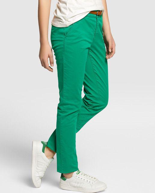 Pantalón chino en color verde con cinturón. Tiene cierre delantero y dos bolsillos delanteros.