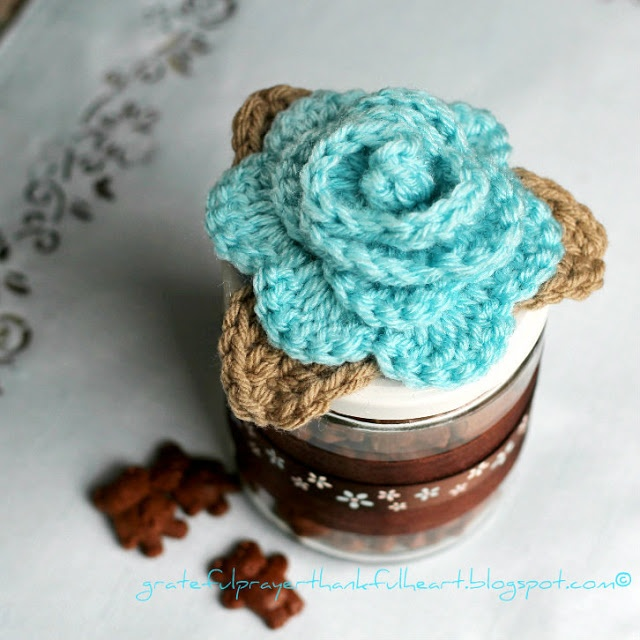 Lots of Ways to Use Crocheted Rosettes ~ free pattern link