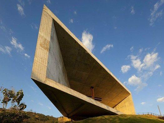 Cardedeu, la cappella che 'incornicia' il paesaggio emc arquitectura firma l'architettura in cemento sul lago di Coatepeque