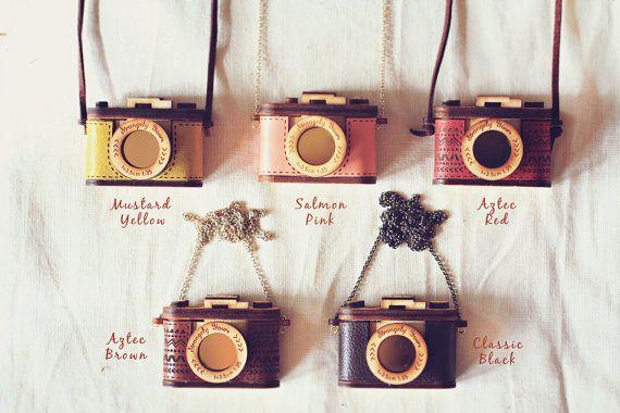 Legno e cuoio fotocamera collana azteca rosso di StrangelyYours