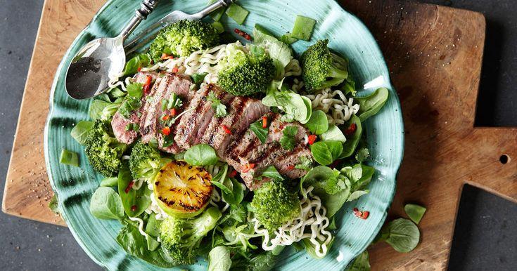 Härligt grön sallad med nudlar som serveras med en saftig biff och asiatiska smaker som chili, vitlök och koriander. SmartPoints per portion: 10