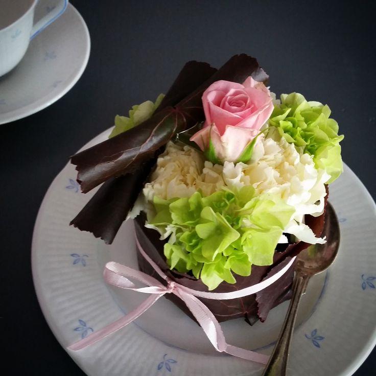 Utsökt bakelse #bordsdekoration #bröllopsblommor
