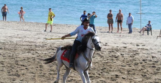 Turistlerin boşalttığı plajda ciritçiler at koşturdu