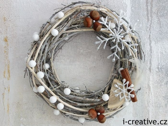 Vyrobte si podle návodu krásný zimní věnec na dveře