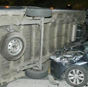 Altıntepe Cihadiye Caddesinden Küçükyalı Tünelyolu Caddesine doğru yokuş aşağı ilerlerken aşırı hız yapan Ekrem Altun kontrolündeki servis minibüsü bariyerleri aşarak karşı yönden gelen ve Bostancı'ya gitmekte olan Meryem Ersoy yönetmindeki otomobilin üzerine uçtu. Şans eseri ölen olmayan...      Kaynak: http://www.kartal24.com/2013/01/page/26/#ixzz2IY6h2hZl