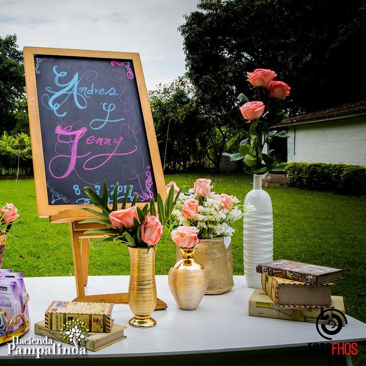 La clave para personalizar tu boda es encontrar esos pequeños detalles que son fieles a tu visión y a tu personalidad. Es importante diseñar un evento que tenga sentido en el entorno en el que se está realizando, y también trabajar con colores, texturas y elementos que honren las emociones y las impresiones que se esperan crear para tus invitados. Fotografía cortesía de FotoFhos.