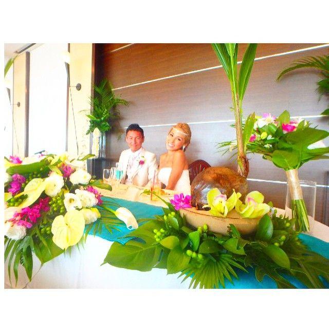 高砂はこんな感じです!! こちらも南国イメージで葉っぱ多めにしてお花はまたまたピンク!笑 テーブルクロスはblue!! こだわりはココヤシ!! 高砂で気分は南国〜笑  ココヤシは義父が持ち帰り庭に植えて育ててくれるみたい! 成長が楽しみ〜❤️ #wedding#weddingdress#高砂#flower#coconut#ココヤシ#green#pink#blue#南国#southern countries#結婚式#リビエラ逗子#逗子#逗子リビエラ#逗子マリーナ#鎌倉