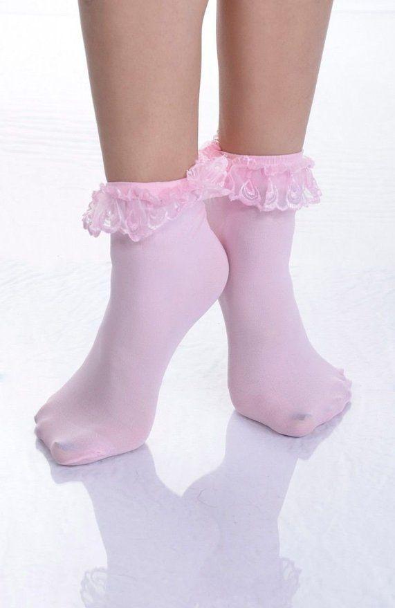 Este modelo de calcetines cortos en color rosa con olanes, son encantadores,los recomiendo para niños y jóvenes varones de 11 a 15 años de edad,su hijo varón con estos calcetines se vera muy infantil y tierno, siempre deben ser usados con pantalón corto y con cualquier modelo de zapatos de mi tablero Zapatos para niños varones de 2 y hasta los 15 años de edad, el color de los calcetines es a elección de los padres, a si si hijo varón se vera muy infantil ¿qué opinan? espero comentarios.