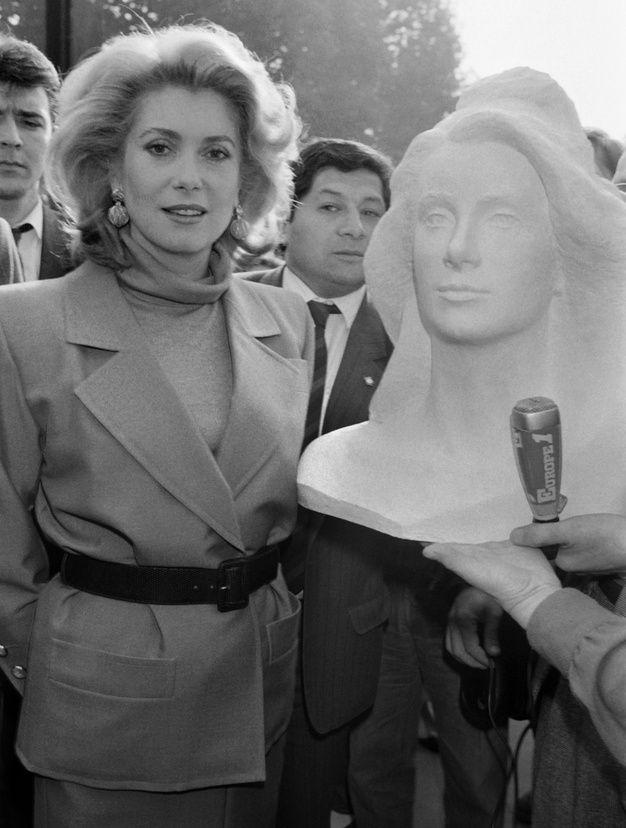Catherine Deneuve lors de la présentation du buste Marianne de l'année 1985, créé à son effigie par Mireille Polska.
