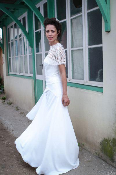 """Robe de mariée: les tendances 2016. Robe """"Angela"""" en crêpe de soie, cape dentelle, prix sur demande, Marie Laporte."""