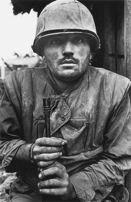 """Soldat américain au Vietnam en état de choc de Don McCullin 1968 Soldat d'un bataillon de marines américains alors qu'ils venaient de traverser la """"rivière parfumée"""" à la ville de Hue, qui avait été capturé par des soldats nord-vietnamiens. Les Américains subi de lourdes pertes et la ville a été détruite. Cette image résume la capacité de McCullin pour montrer les conséquences humaines de la guerre."""