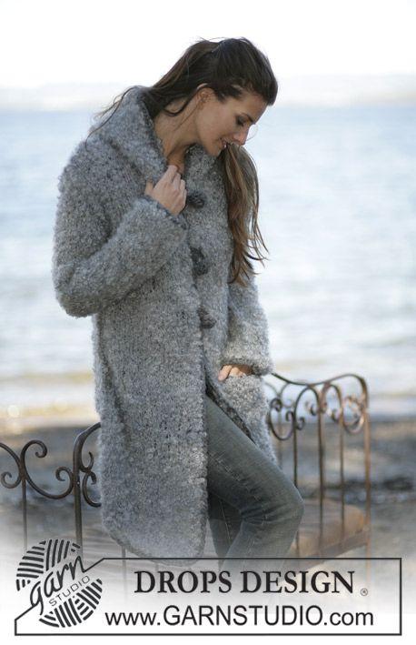"""DROPS Lange vest of jasje met zak van """"Puddel"""" met gehaakte randen en knopen """"Eskimo"""". Maat S t/m XXL. ~ DROPS Design"""