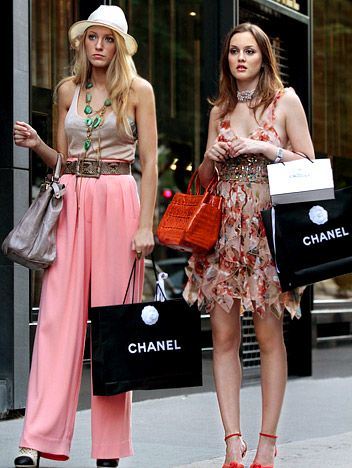 Gossip Girl: Belles de Jour, you can definitely see the differences in serena's and blair's style shopping in paris~!