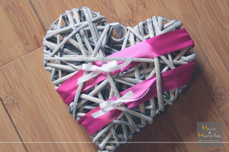 Porte alliances coeur en rotin et ruban gris et fushia