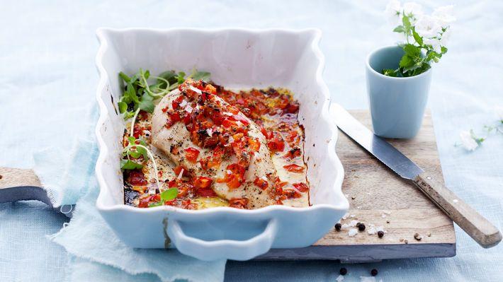 Kyllingfilet med sitron og paprika  Kyllingfilet som blir bakt i ovnen med urter og sitron blir saftig og full av smak. Server med ris eller pasta og dine favorittgrønnsaker.  Oppskrift: http://matprat.no/Oppskrifter/sunne-oppskrifter-god-samvittighet/Kyllingfilet-med-sitron-og-paprika/  FØLG meg på Facebook, jeg poster fantastiske ting hver dag  https://www.facebook.com/gulkri Bli med i en av mine supportgrupper for flere oppskrifter, motivasjon, tips og ...