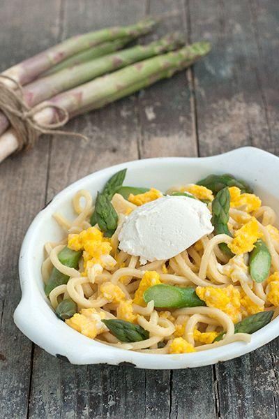 Un grande classico per l'arrivo della primavera: pasta con asparagi e uova strapazzate, da Labna.it