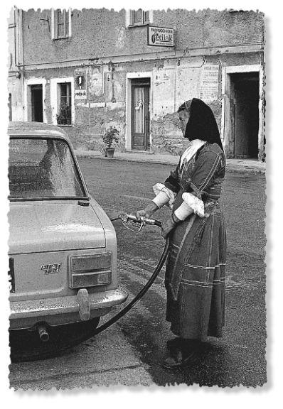 Desulo, la benzinaia Giuseppa Floris, 1974.  Desulo, 1974 - the gas station attendant