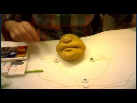 Видео урок по изготовлению чулочно-каркасной куклы тещи. Просмотрев видео, Вы узнаете, как сделать утяжки лица капроновой куклы, как сшить ручки и собрать ку...