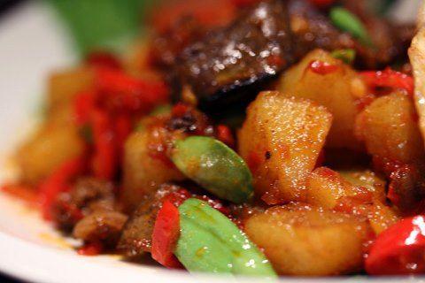 Sambal goreng ati merupakan lauk yang digemari banyak orang dan cocok jika disandingkan dengan sup sayur.