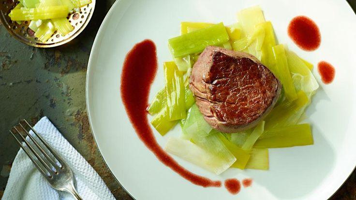 Steaky s omáčkou z červeného vína a restovaným pórom