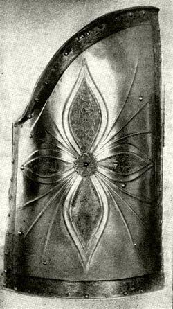 Huszárpajzs acélból, maratott és aranyozott díszítéssel. 1500 körül. (Magyar Nemzeti Múzeum.)