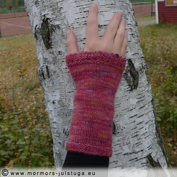 Pulsvärmare stickat av eget handfärgat färgat. Wrist warmers made of hand dyed yarn. Swedish handikraft.