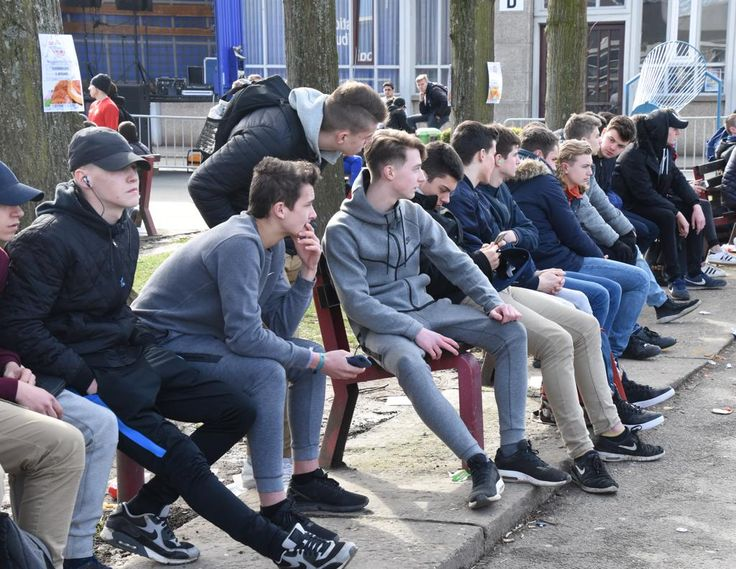 De stad Halle wil voorkomen dat jongeren zonder diploma de school verlaten en zet daarom volop in op begeleidingstrajecten voor moeilijk handelbare jongere...