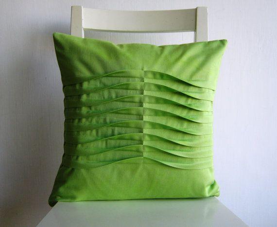 Questo a mano cuscini è cucita con 100% cotone. Decorati con pieghe. Doppi cuciti per ri-rinforzo. Bordi interno sono blocco cucito per evitare di viaggiare. Tessuto posteriore è lo stesso come la parte anteriore. Questa è la lista per un copricuscino. Dimensioni: 16 x16  Coperchio rimovibile per una facile pulizia.  Si chiude con una cerniera per facile rimozione e pulizia.  Tessuto: 100% cotone.  colori: verde chiaro. Cura: Lavare in acqua fredda. Appendere o laici piatto ad asciugare…